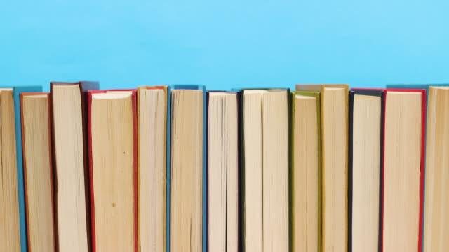 stockvideo's en b-roll-footage met close-up van boeken bestellen - stop motion - boek