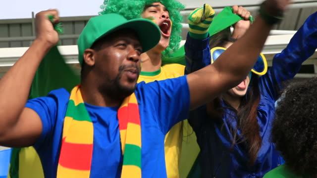 Close-up de torcedores brasileiros comemorando - vídeo