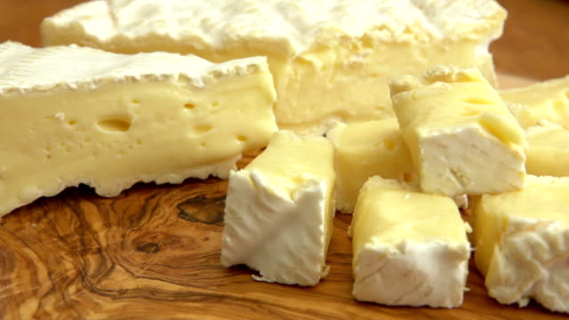 nahaufnahme von brie käsewürfel auf holzbrett - brie stock-videos und b-roll-filmmaterial