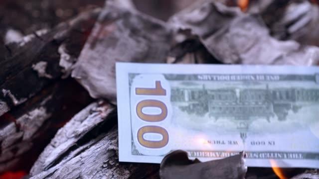 Bидео Close up of burning dollars