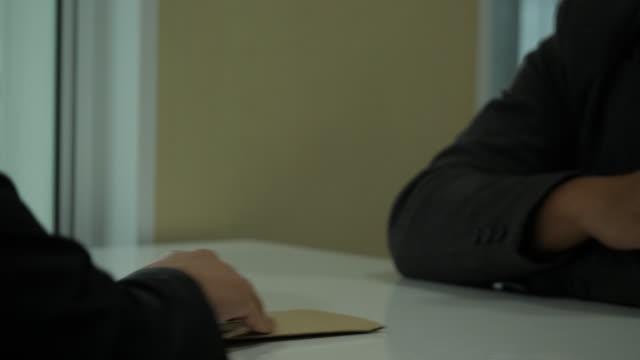 テーブルの上の別の男に金を与えて実業家のクローズ アップ。贈収賄、高利貸しと汚職の概念。 - 腐敗点の映像素材/bロール