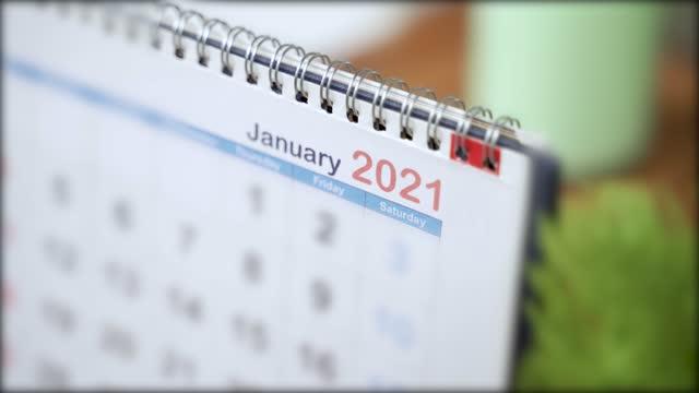 kalendernähe wechsel von dezember 2020 bis januar 2021 - konzept des beginns oder beginn des neuen jahres 2021 - kalender stock-videos und b-roll-filmmaterial