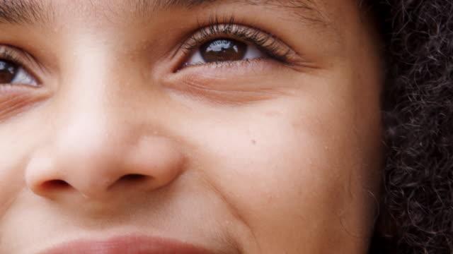 yakın up arsız genç çocuğun kameraya bakarak ve gülümseyen - burun vücut parçaları stok videoları ve detay görüntü çekimi