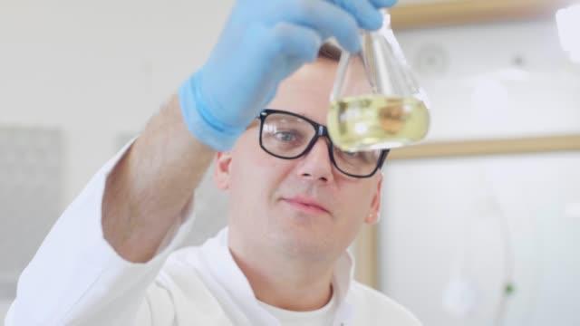 실험실에서 대마 cbd 오일 및 태블릿으로 작업하는 화학자의 클로즈업 - 칸나비디올 스톡 비디오 및 b-롤 화면
