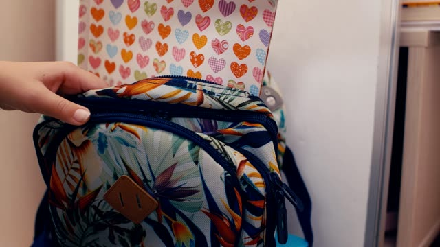 zbliżenie rąk ucznia pakującego plecak i przygotowującego się do gimnazjum, 4k - przybory szkolne filmów i materiałów b-roll