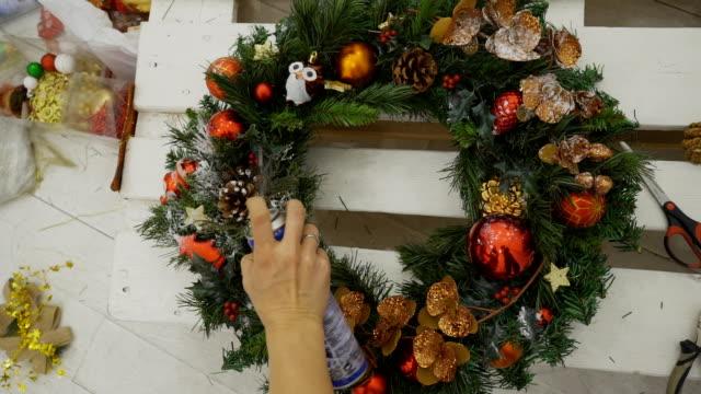 Cerca de Navidad guirnalda está siendo pintada en estudio - vídeo