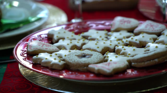 vídeos de stock e filmes b-roll de close up of christmas cookies served on beautiful plates - christmas cookies