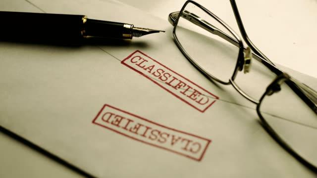封筒に分類された文書のクローズアップ - クラシファイド広告点の映像素材/bロール