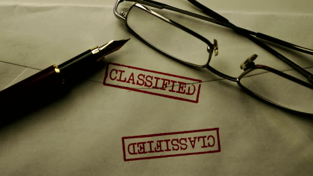 分類されたエンベループとメガネのクローズアップ - クラシファイド広告点の映像素材/bロール