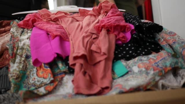 vídeos de stock, filmes e b-roll de close-up de roupas se acumulando na cama quarto - acumulando conceito - vestido