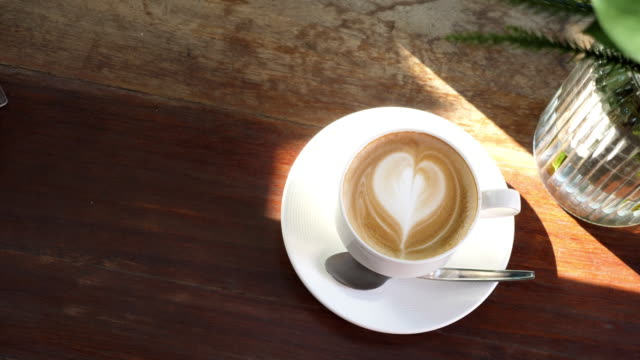 カフェでコーヒーカップをクローズアップ - ソーサー点の映像素材/bロール