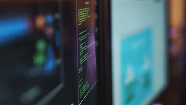 銀行詐欺と資金の盗難を示すコンピュータ画面のクローズアップ - なりすまし犯罪点の映像素材/bロール