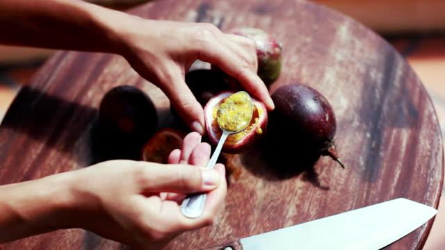 Cerca de cortar y comer comida tradicional en Asia verano deliciosa fruta de la pasión. 1920 x 1080 - vídeo