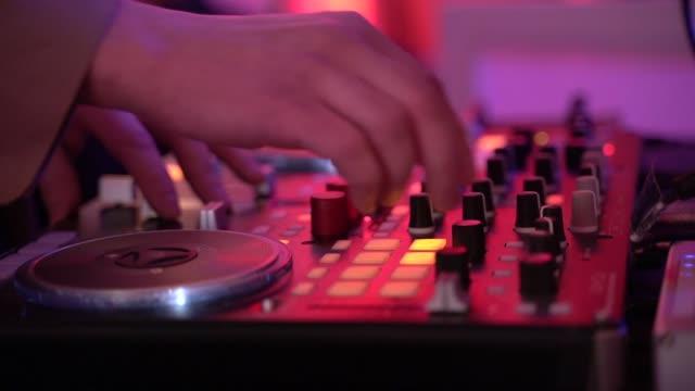 vídeos de stock, filmes e b-roll de feche acima do dj que joga a música do partido no jogador cd moderno do usb no clube do disco - dj