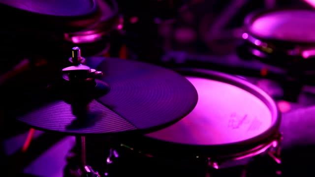 nära upp av trummisen spelar drum kit på händelse - trumset bildbanksvideor och videomaterial från bakom kulisserna