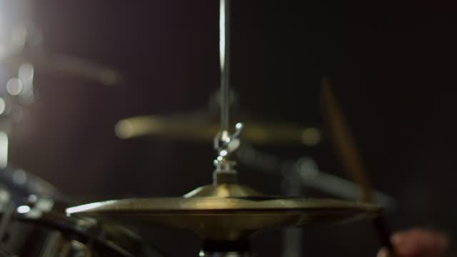 närbild av trummisen spelar drum kit skott på r3d - trumset bildbanksvideor och videomaterial från bakom kulisserna