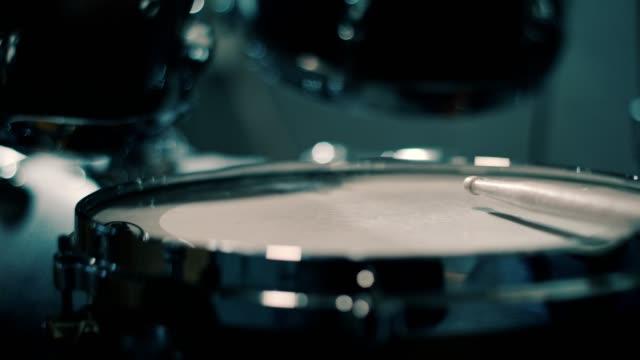 närbild på trumpinnar att slå trummor - trumset bildbanksvideor och videomaterial från bakom kulisserna
