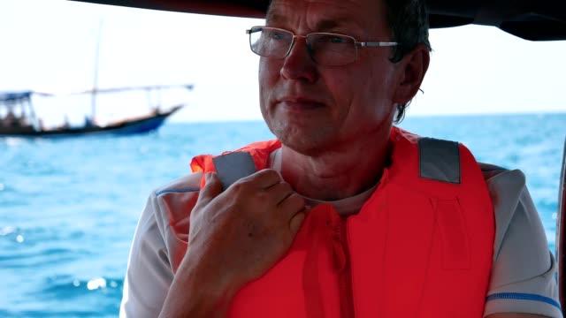 波で海に浮かぶ船に浮かぶ眼鏡の男漁師の顔をクローズアップ - 漁師 外人点の映像素材/bロール