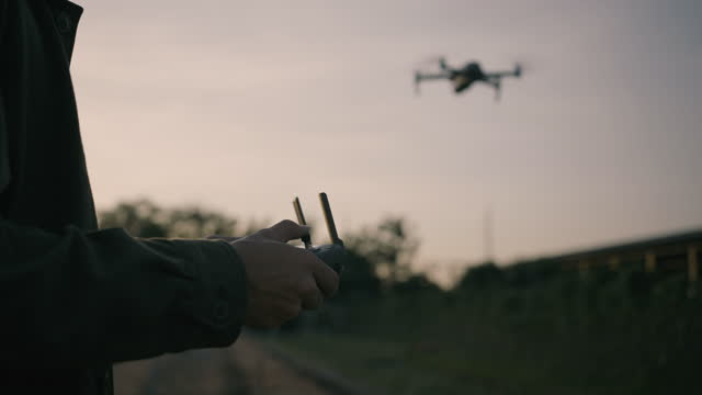 vídeos de stock, filmes e b-roll de close-up de agricultor usando drone para atividade agrícola - avião sem piloto