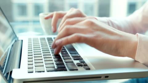 vídeos y material grabado en eventos de stock de cerca de manos femeninas de computadora portátil, el uso en interiores. - mecanografiar