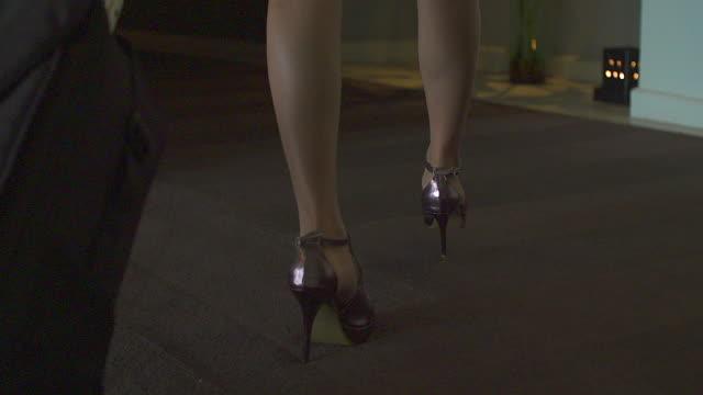 vídeos de stock, filmes e b-roll de feche de pernas femininas de um trabalhador andando no hotel. a mulher é usando trajes formais e sapatos de salto alto. - salto alto