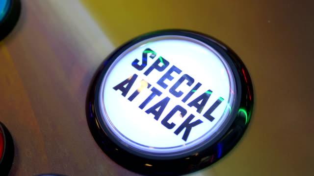 vídeos de stock, filmes e b-roll de close up do dedo empurrando piscando botão de ataque especial em 4k slow motion 60fps - pin