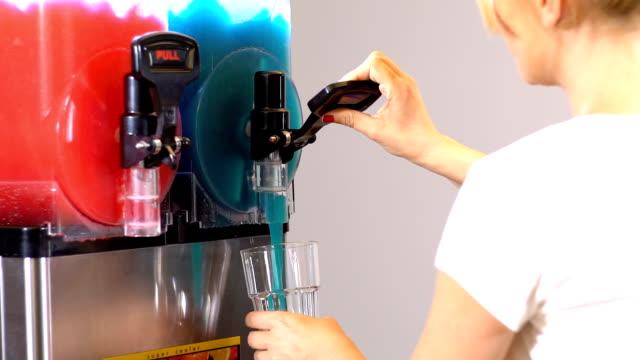 vídeos de stock e filmes b-roll de close up of frozen slurpy machine on process. slow motion. - bebida fresca