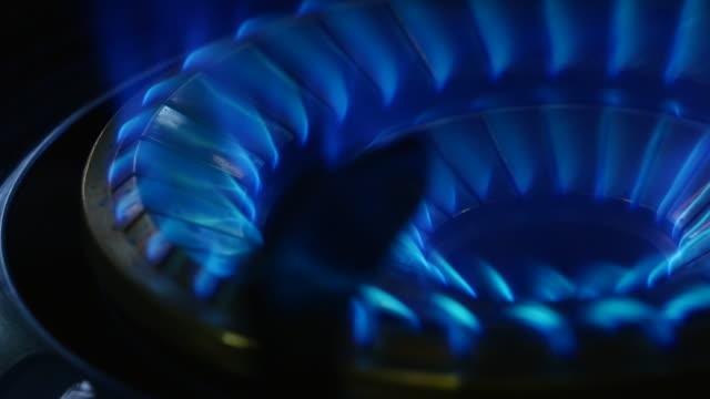 soba gaz alevleri yakın çekim - bunsen beki stok videoları ve detay görüntü çekimi