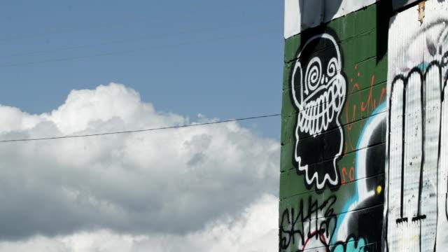 クローズアップの空を背景にしたグラフィティ、time lapse (低速度撮影) - street graffiti点の映像素材/bロール