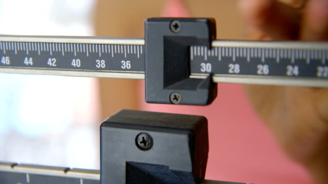 close up of hand регулировочный scale - вес стоковые видео и кадры b-roll