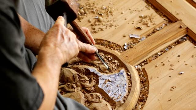 close up of hand of carver carving wood - incisione oggetto creato dall'uomo video stock e b–roll