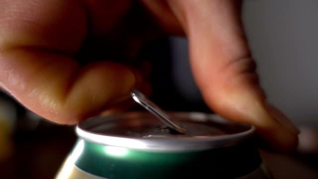stockvideo's en b-roll-footage met close up van hand openen een blikje bier, slow-motion - cola
