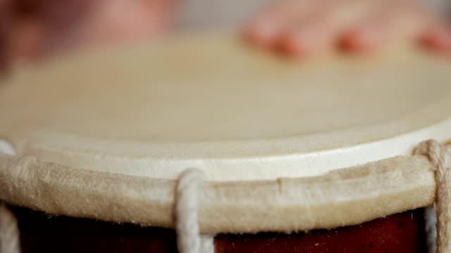vídeos de stock e filmes b-roll de close up of hands of a man playing a drum. - bateria instrumento de percussão