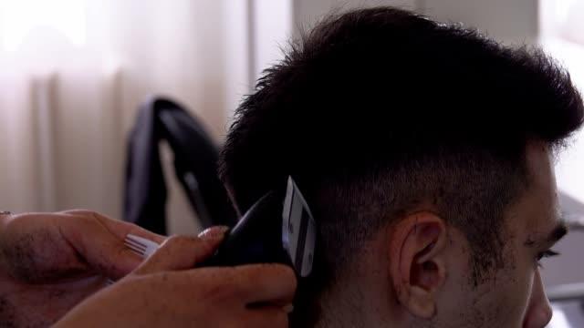 stockvideo's en b-roll-footage met close-up van handen training om een machine kapsel te doen - blond curly hair