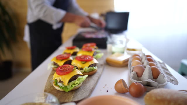 close up of homemade cheeseburgers - cheeseburger filmów i materiałów b-roll