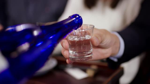 日本酒のクローズアップ - 飲み会点の映像素材/bロール
