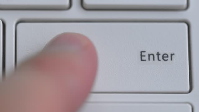 klavyeyi kapatın, enter tuşuna odaklanın - www stok videoları ve detay görüntü çekimi