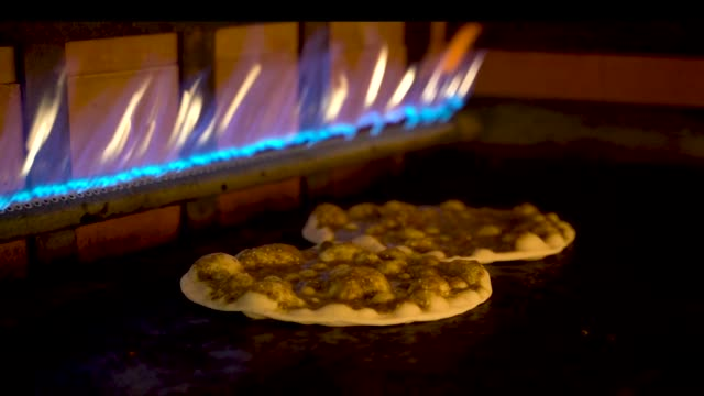 zbliżenie libańskiej pizzy arabskiej w piekarniku i topienie sera - chleb pita filmów i materiałów b-roll