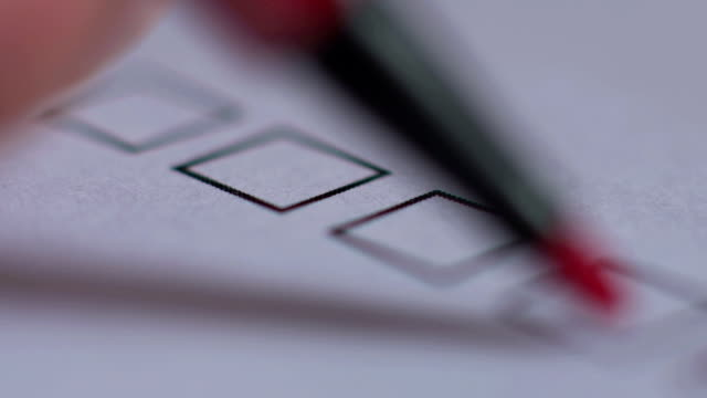 vídeos y material grabado en eventos de stock de cerca de manos masculinas con voto o boleta y pluma elegir candidato - civil rights