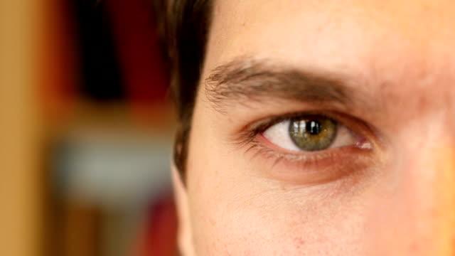 vídeos de stock e filmes b-roll de close up of man eye - piscar
