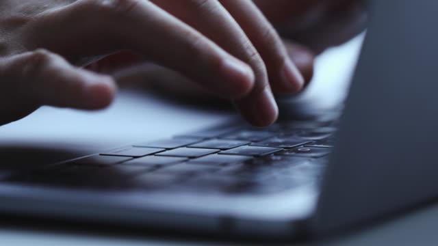 男の手のタイピングをクローズアップし、ラップトップコンピュータのキーボードにキーを入力します。 - パスワード点の映像素材/bロール