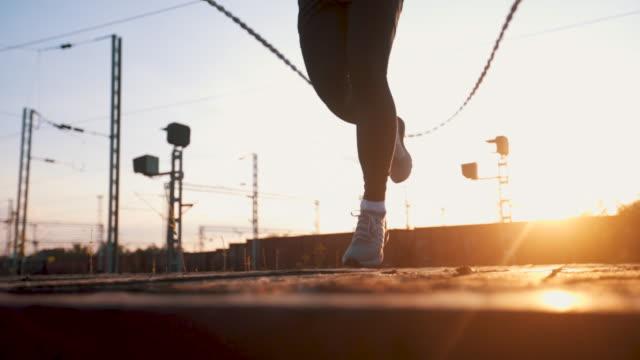 close up of man jumping rope - sportowiec filmów i materiałów b-roll