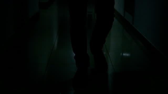 スローモーション、暗い床の上を歩く黒い靴で男の足のクローズ アップ - 革点の映像素材/bロール