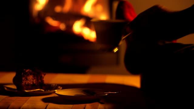 nahaufnahme von einem mans füße entspannend am prasselnden kaminfeuer - cozy stock-videos und b-roll-filmmaterial