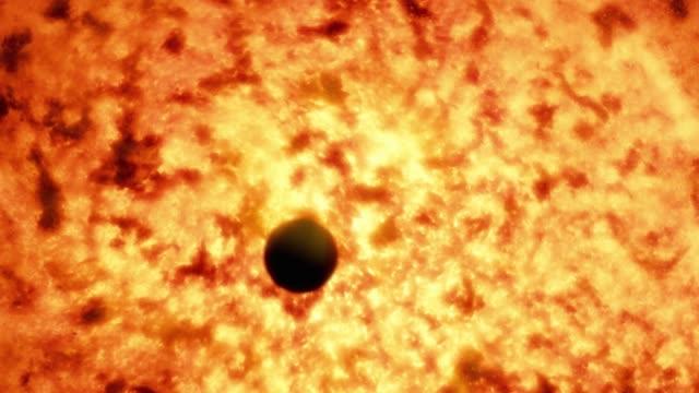 Nahaufnahme des Merkur, der vor der Sonnenoberfläche vorbeigeht. – Video