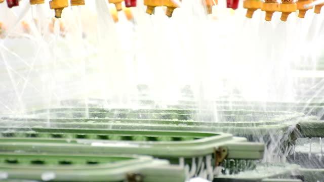 vídeos y material grabado en eventos de stock de cierre de molde de metal pasar a través del sistema de limpieza por la cinta transportadora en fábrica - colchón