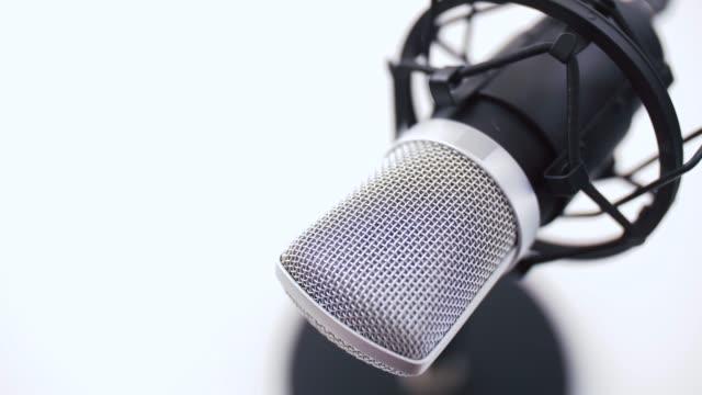 vidéos et rushes de gros plan du microphone au studio d'enregistrement - podcasting