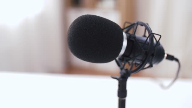 vídeos de stock, filmes e b-roll de feche acima do microfone no estúdio de gravação - podcast