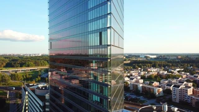närbild på moderna glas och stål byggnad - stockholm bildbanksvideor och videomaterial från bakom kulisserna