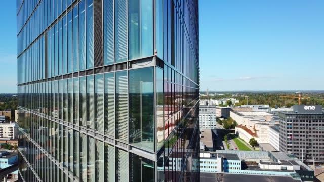 крупным планом современного стекла и стали здания - элемент здания стоковые видео и кадры b-roll